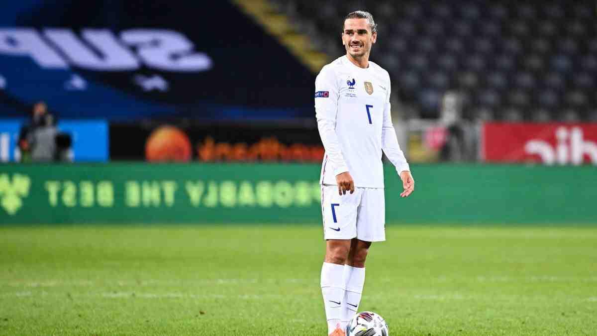Dans chaque équipe de football du monde, il y a un capitaine. Un homme parmi les onze détenteurs qui porte le célèbre bracelet. Mais au fond, à quoi ça sert? Quel est son rôle et comment a-t-il évolué au fil des ans? Nous essayons d'y répondre.